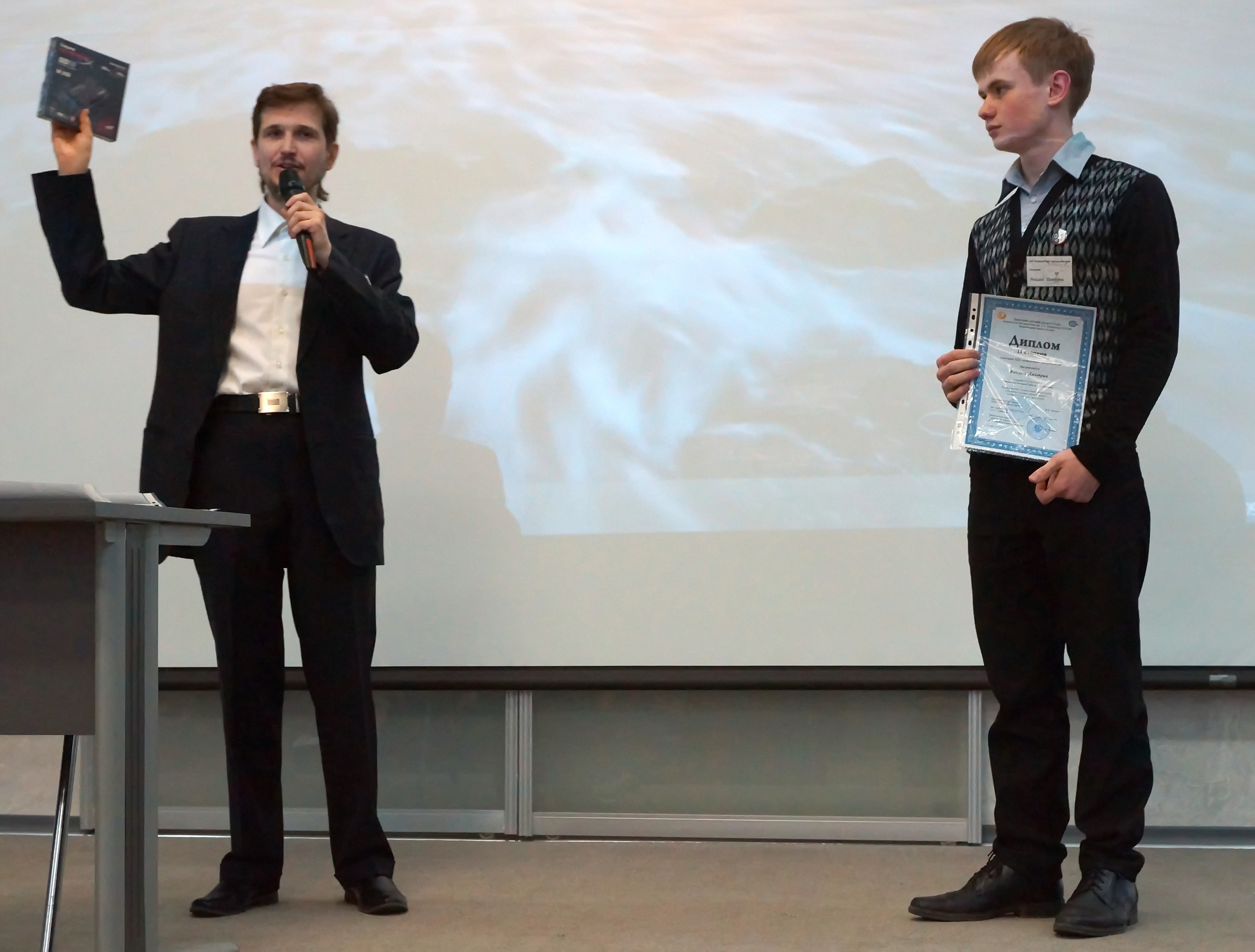 Сергей Розинов вручает призы и дипломы.jpg