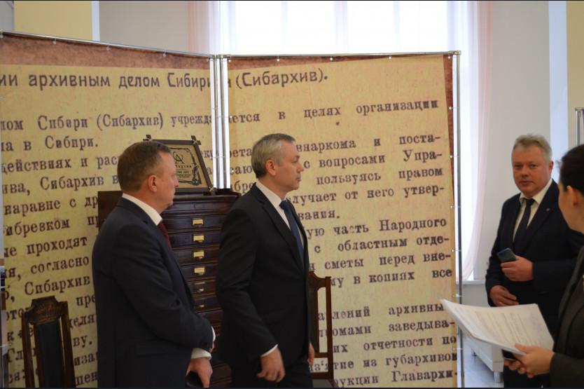 Травников осматривает выставку посвящённую 100-летию Сибархива.jpg