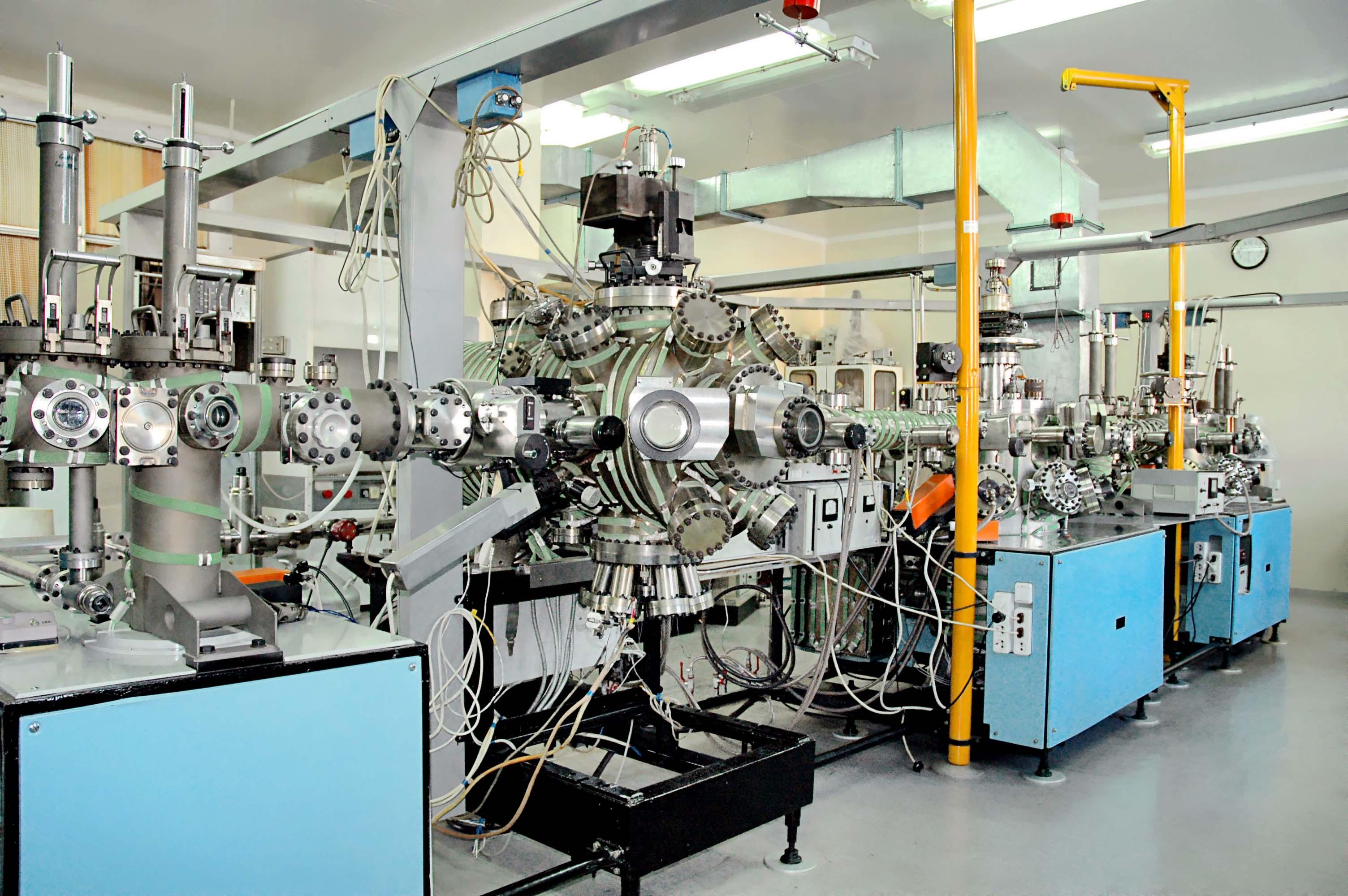 2. установка молекулярно-лучевой эпитаксии, на которой выращены полупроводниковые структуры Cd-Hg-Te.jpg